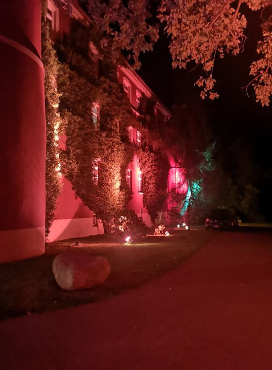 licht-installation-auf-ruegen-von-baltic-sound-schloss-spyker-park-im-licht